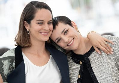 Cannes-2021-Noemie-Merlant-Jehnny-Beth-et-Jacques-Audiard-complices-sur-le-photocall-du-film-Les-Olympiades